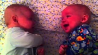 Zostawili bliźniaki na chwilę same! Gdy rodzice wrócili byli bardzo zaskoczeni!