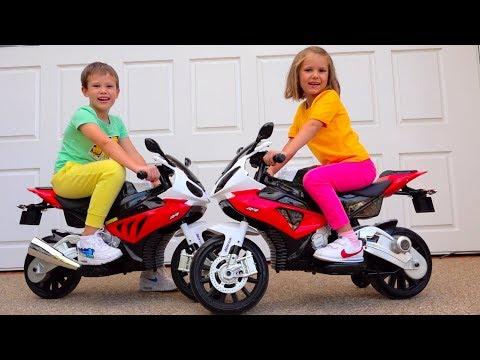 Катя жадничает и не делится / Naughty kids ride on toy bikes (видео)