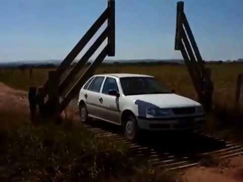 sembra un normale cancello di legno ma appena si avvicina l'auto...