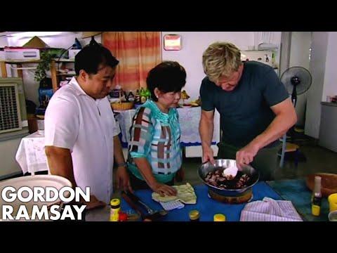 Gordon Ramsay Helps Prepare Food For A Malaysian Dinner Party | Gordon's Great Escape - Thời lượng: 6 phút, 44 giây.