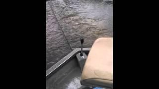 Кинул пиво мужику в соседней лодке