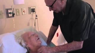 92 letni staruszek śpiewa dla swojej umierającej żony.