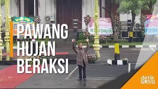 Video Wus! Aksi Mbah Purnomo Menghalau Hujan di Polrestabes Surabaya MP3, 3GP, MP4, WEBM, AVI, FLV Oktober 2018