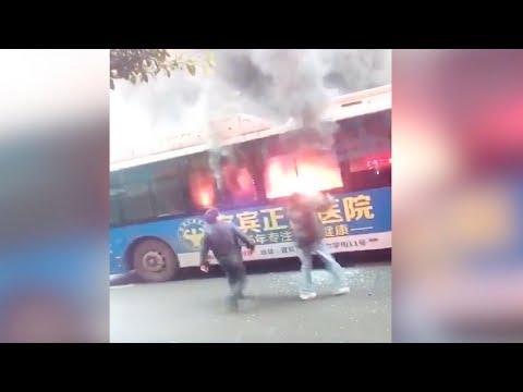 العرب اليوم - مارة شجعان ينقذون ركاب باص مشتعل في الصين