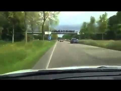 Auto di F1 sorpassa in autostrada