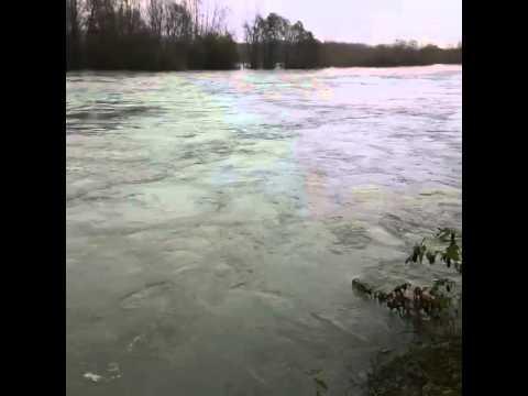 piena minacciosa del fiume ticino