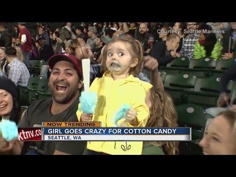 這位3歲的小女孩人生第一次吃到棉花糖,超有戲的表情直接就被電視台拍下在網路瘋傳!