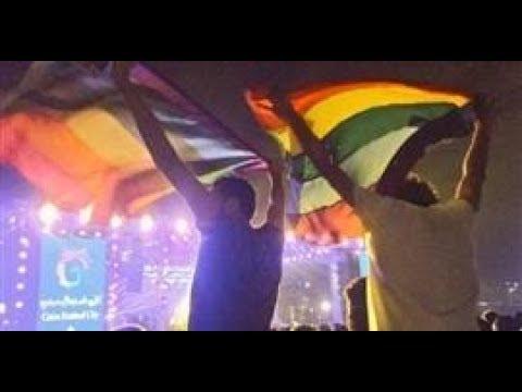 العرب اليوم - شاهد : شاهد علم للمثليين يرفع في حفل غنائي