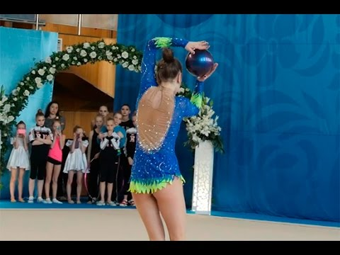 young girl rhythmic gymnastics performance with ball on competition (видео)