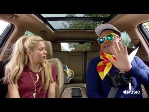 سيارة Carpool Karaoke تخترق شوارع برشلونة مع شاكيرا وتريفور نوح