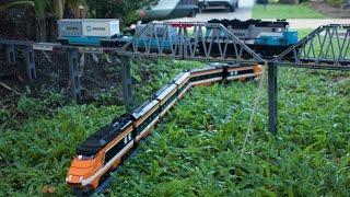 Wycieczka po domu i ogrodzie pociągiem zbudowanym z klocków LEGO!
