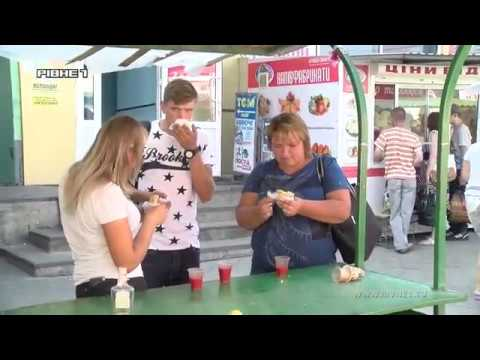 Як на ринку Рівного в спеку продають хот-доги та іншу вуличну їжу [ВІДЕО]