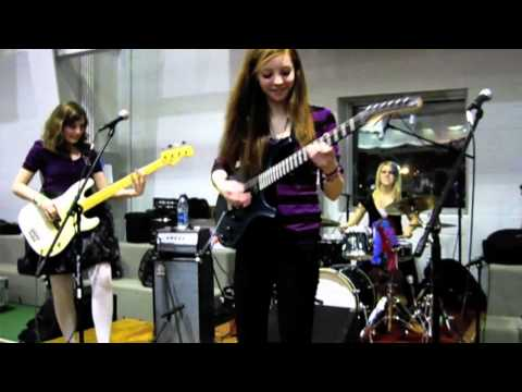"She plays a guitar just like she's ringing a bell! Highschoolers Heiress perform ""You Really Got Me"""