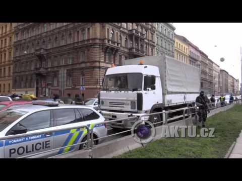 Nehoda nákladního auta s municí v centru Prahy