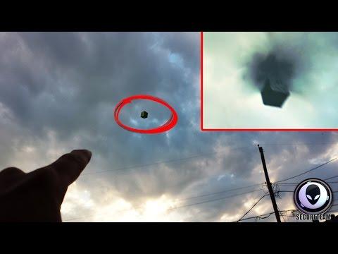video shock: ufo cubo nero attraversa un portale nel cielo