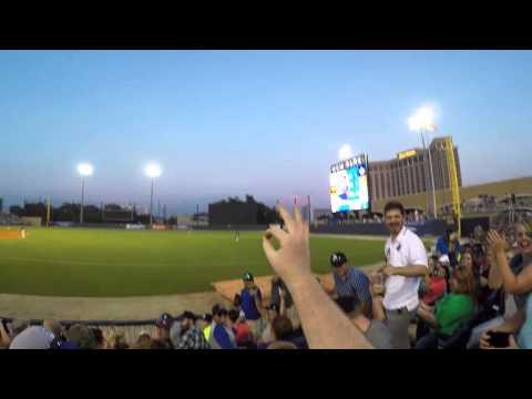 Katsoja koppaa tyylikkään kopin baseball-ottelussa