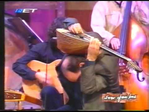 Karantinis-Taximi Aeroplaniko:  Τραγουδαει η Τσαλιγοπούλου αλλα την παρασταση κλεβει ο Καραντινης με εναΖογκλερικο ταξιμι στο τελος...Τελικά, το μπουζούκι θελει πλατες...
