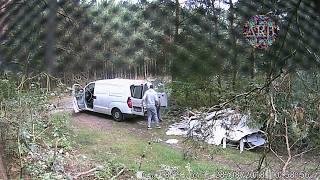 Frajer przyjechał do lasu wyrzucić śmieci.