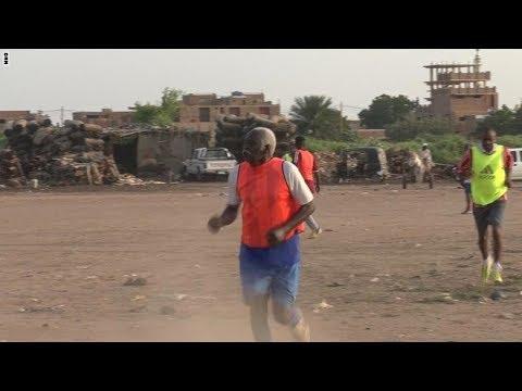 العرب اليوم - شاهد: العم محمد السوداني 85 عاما ومازال يلعب كرة القدم