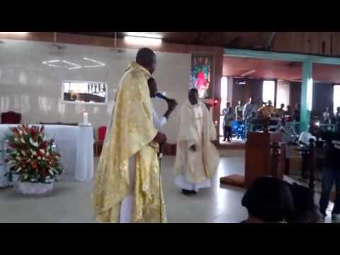 <a href='http://www.akody.com/cote-divoire/news/video-la-danse-d-un-pretre-ivoirien-en-pleine-messe-enflamme-internet-301915'>Vid&eacute;o : la danse d&rsquo;un pr&ecirc;tre ivoirien en pleine messe enflamme Internet</a>