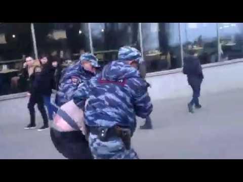 """""""Открытая Россия"""" называет напавшего на полицию """"неравнодушным студентом"""""""