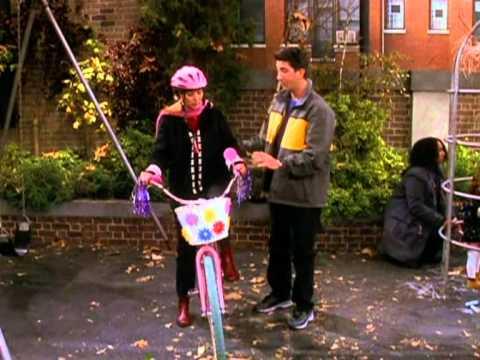 Friends en français - Friends - Phoebe apprend à faire du vélo