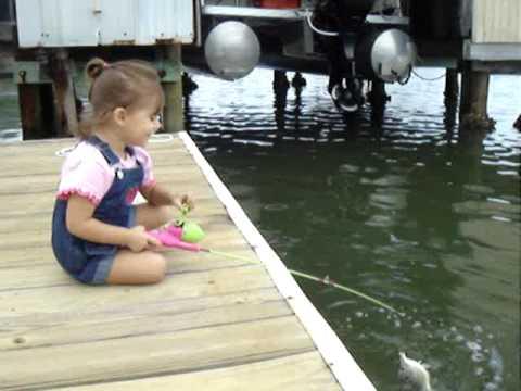 incredibile pesca di una bambina di 2 anni!