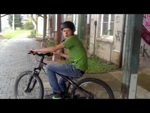 lukas macht fahrrad tricks