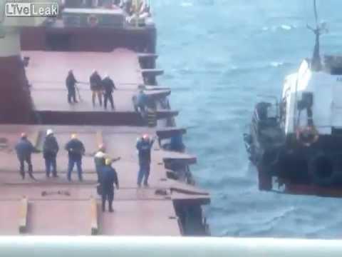 Venäläisellä laivalla nostetaan hinaajaa kyytiin – Heikostihan siinä kävi
