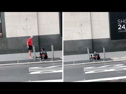 Jogger gibt Obdachlosem seine Schuhe und geht dann ba ...