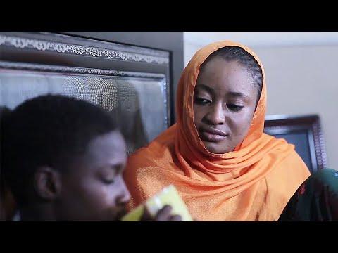 muguwar matar mahaifina tayi kamar tana sona don kawai ta saka min guba - Hausa Movies 2020