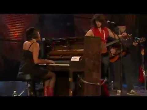 Tekst piosenki Norah Jones - Baby, It's Cold Outside po polsku