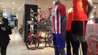 Em grande loja de Madri, como é comum na Europa, clubes brasileiros costumam ser ignorados solenemente. Um mercado que não conseguem explorar.