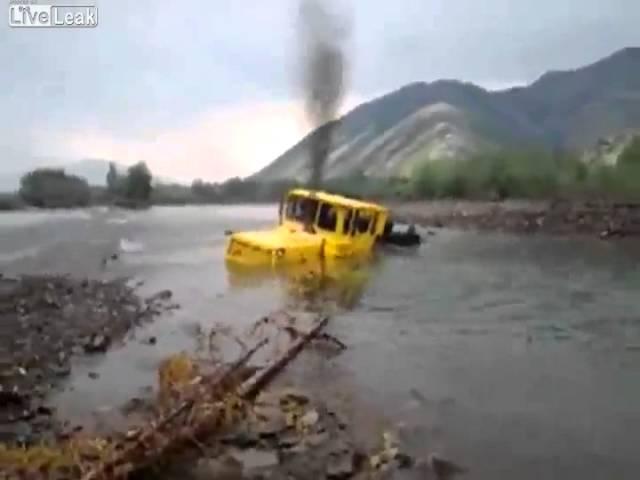 Xe tải vật lộn để thoát khỏi 'hố tử thần'