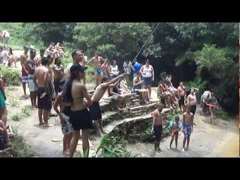 Flagrante: tromba d'água pega banhistas de surpresa em cachoeira em MG