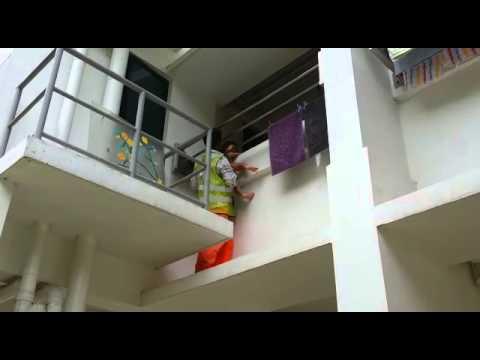 un operaio salva una bimba in procinto di cadere dal balcone