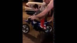 Zdolni rodzice dali dziecku motorynkę. Długo nie trzeba było czekać na wypadek