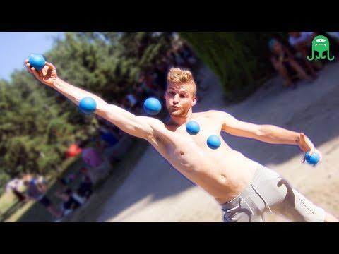 juggling - Green wall, blue balls and amazing juggling by Till Rautert! Parede verde, bolas azuis e malabarismo insano por Till Rautert! Apoie / support: http://www.pat...