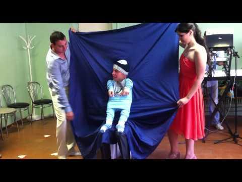 Конкурс на переодевание в младенцев