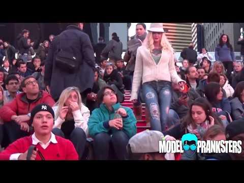 La modella gira nuda per New York con i jeans disegnati dal body paint e nessuno se ne accorge (VIDEO)