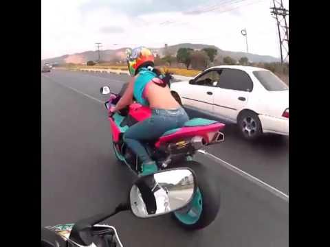 Nữ quái xế thể hiện tài năng bốc đầu xe chuyên nghiệp