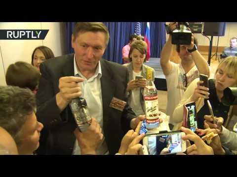 Лавров на 15-м часу переговоров с Керри угостил журналистов пиццей и водкой - DomaVideo.Ru