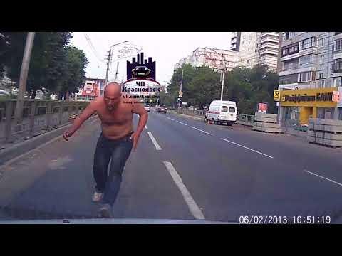 «Зомби апокалипсис»: в Красноярске неадекватный мужчина напал на машину