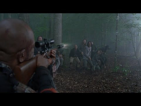 TWD S8E3 - Morgan chases the escaping Saviors and attacks Jesus