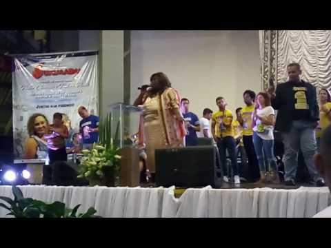 Fabiana Anastácio ministrando em Aracaju-SE no congresso da UNIMADM.