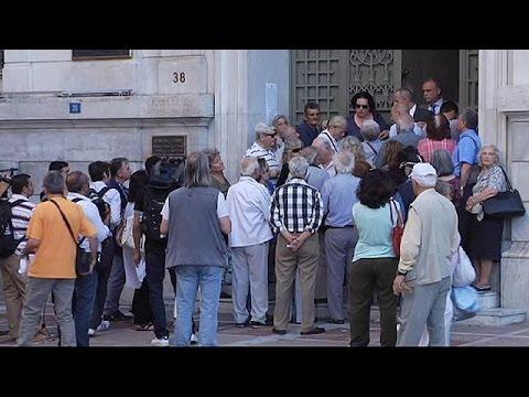 Ελλάδα: Ατελείωτες ουρές συνταξιούχων για 120 ευρώ!