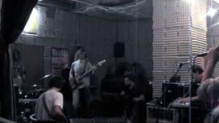 Video Nás všech s kapelou ve zkušebně