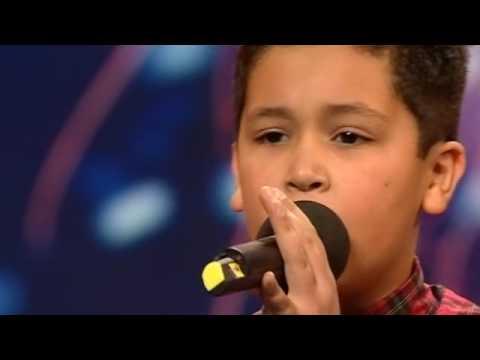這位小弟弟上台唱不到20秒就被評審打斷洗臉!沒想到竟然接下來準備的第二首歌讓評審們全起雞皮疙瘩