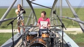 Drummer speelt op loopbrug boven N31