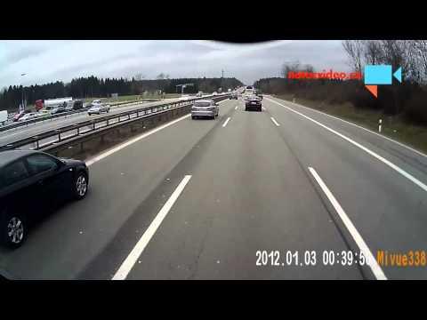 Z dodávkou vezl na vleku forda a obě auta převrátil